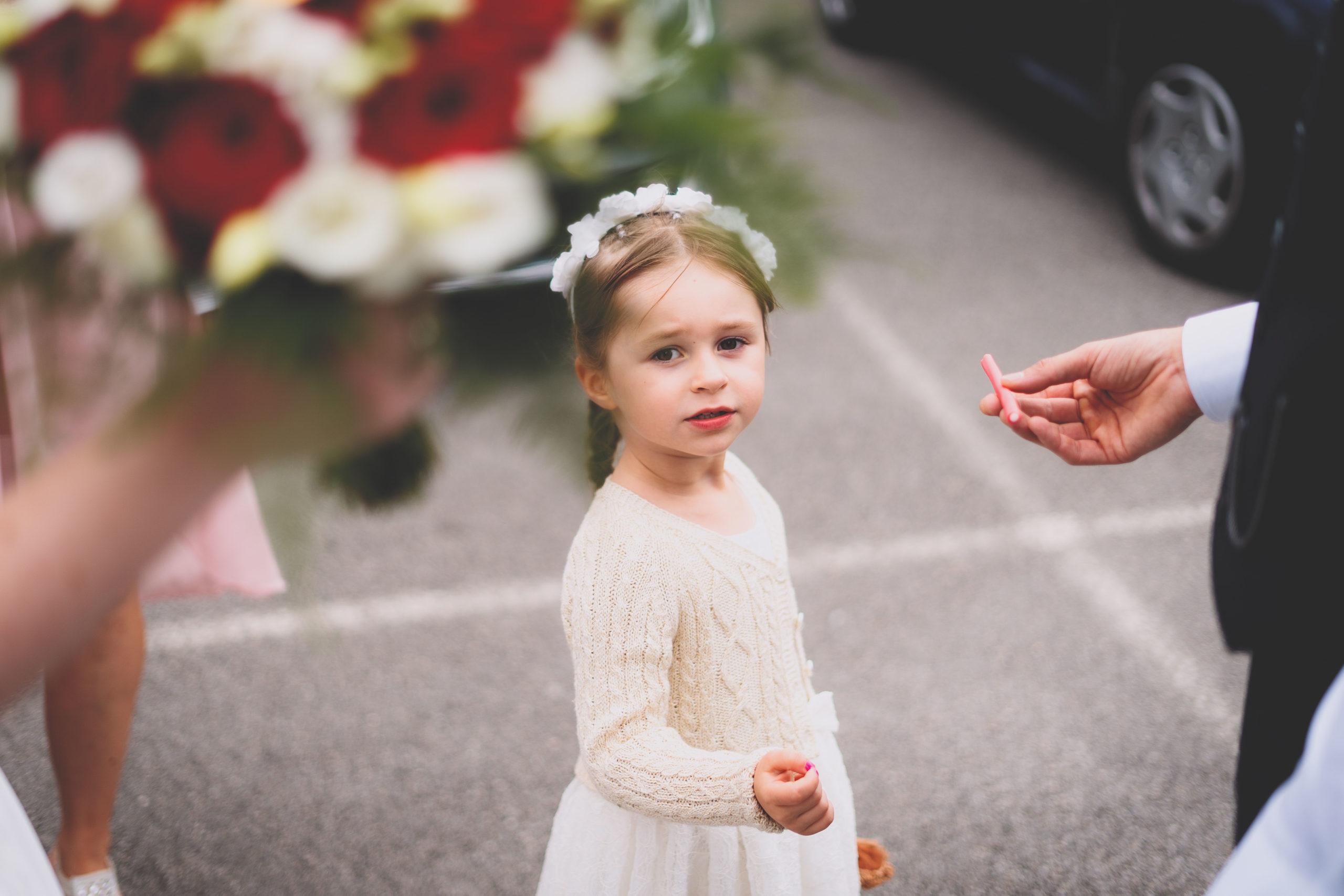 enfant mariage fleurs