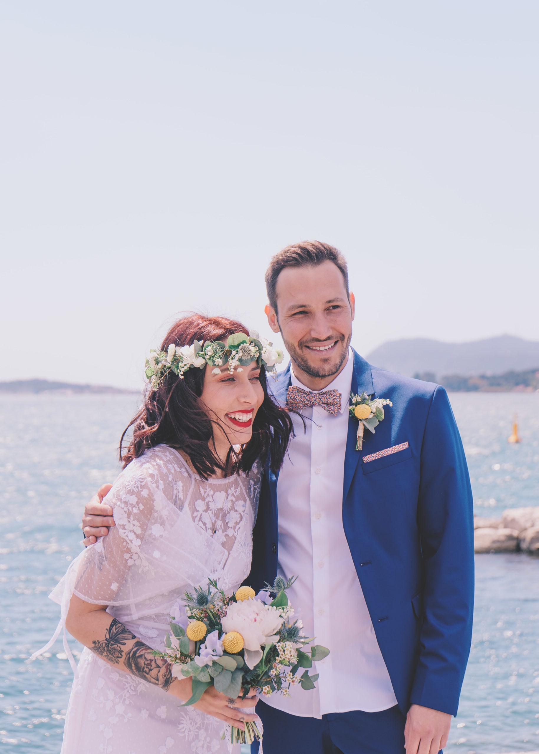 mariés robe costume mer bouquet
