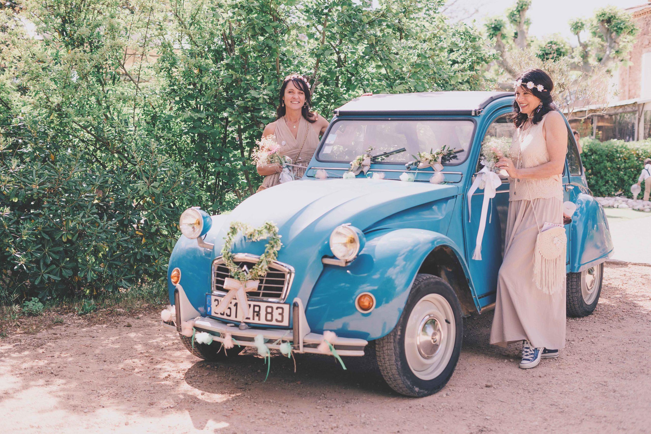 mariage voiture mariés